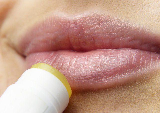 Jak wybrać balsam do ust i co powoduje ich wysuszanie?