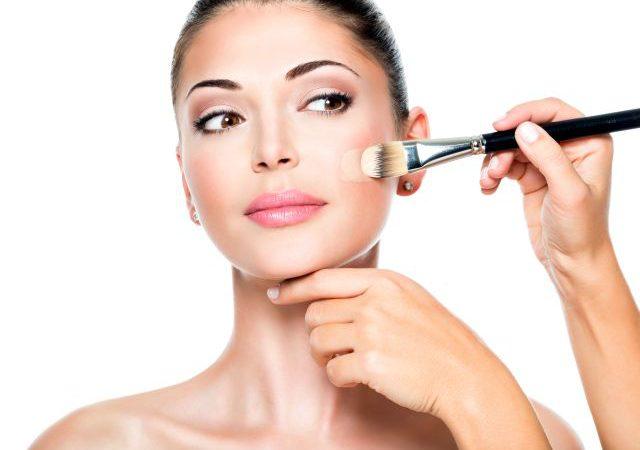 W jaki sposób właściwie używać korektora w makijażu?